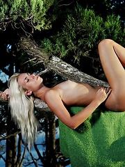 Blondie shows her sexy body