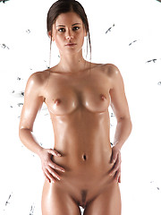 Caprice oiled her sexy body and posed before camera