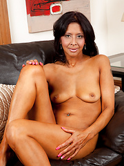 Amateur mom peels of her jeans and spreads her pussy - Erotic and nude pussy pics at GirlSoftcore.com